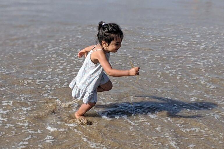 atividades para fazer na praia - correr sobre as ondas