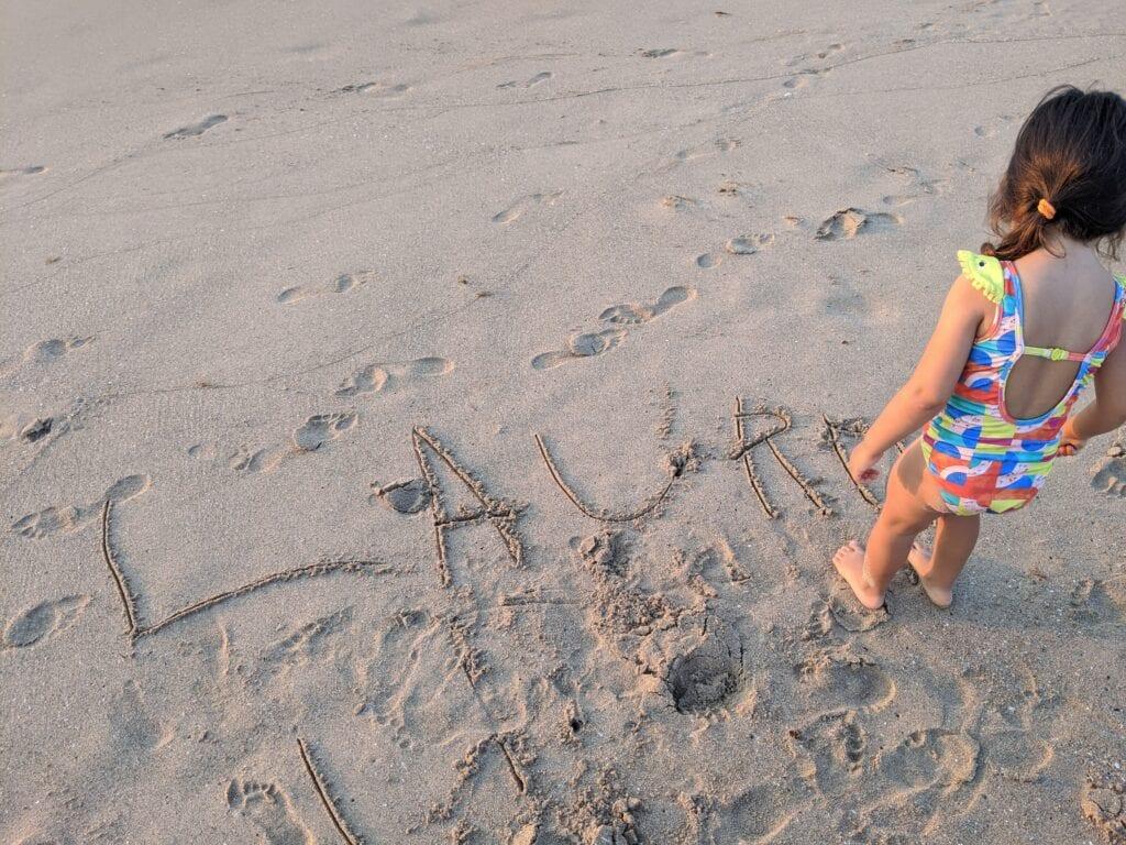 atividades para fazer na praia - escrever o nome