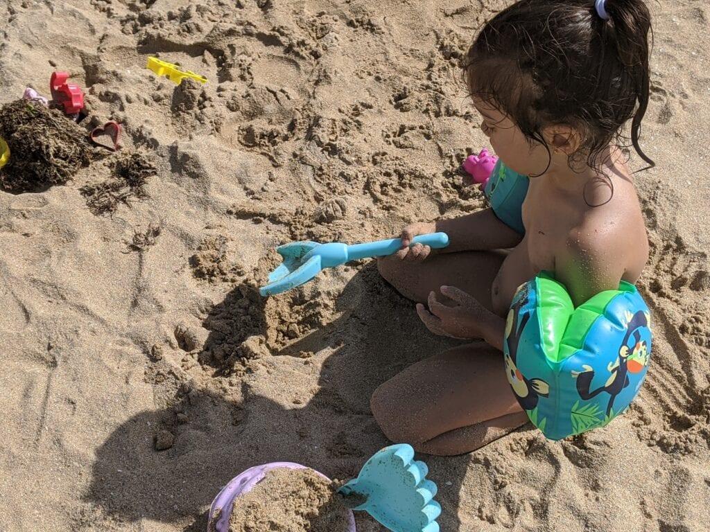 atividades para fazer na praia - fazer um castelo