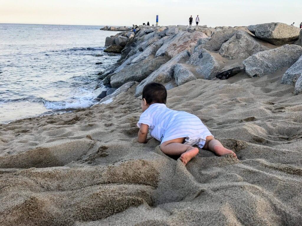 bebe pode brincar na areia