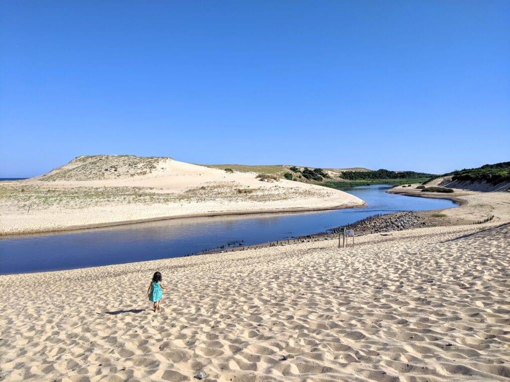 brincar na areia - correr