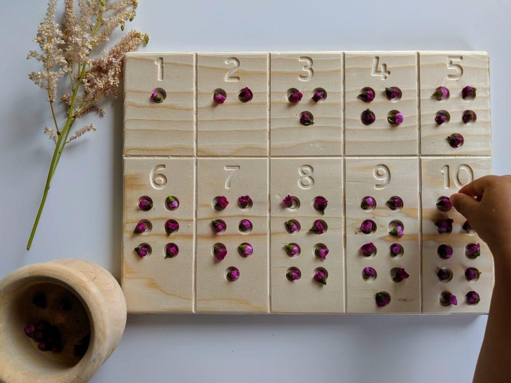 tabuleiro de contagem com numeros com flores
