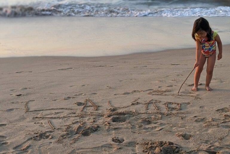 escrever nome na areia da praia 01