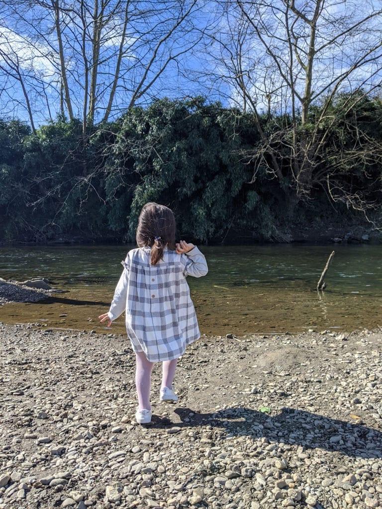 coordenação motora grossa - Jogar pedras no rio