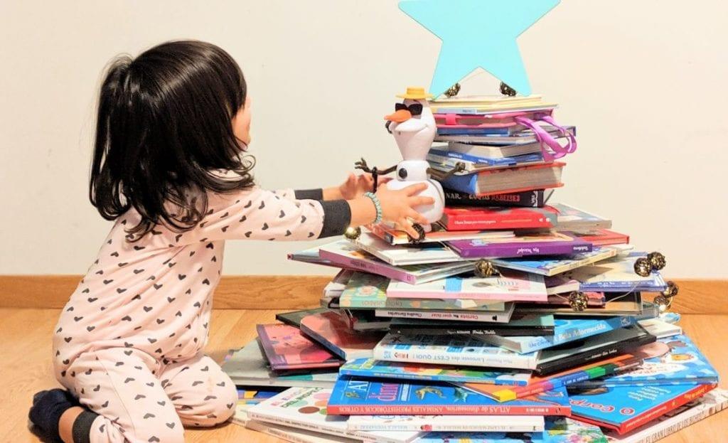 pinheiro de natal com livros