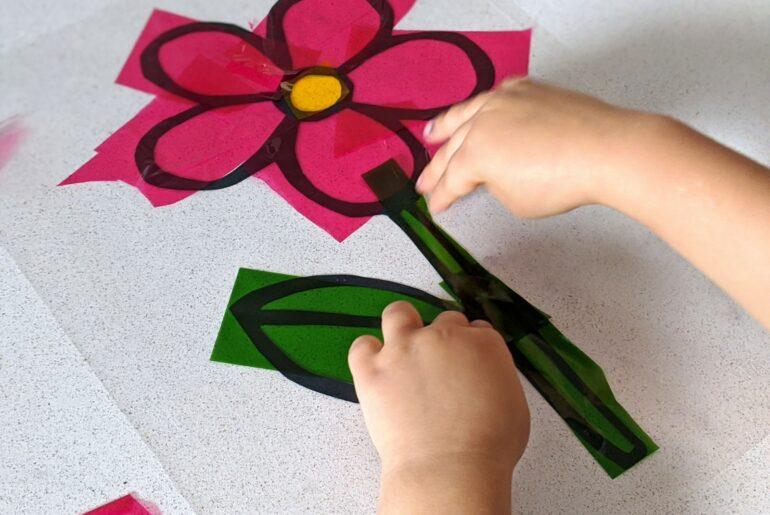 Atividade de artes com papel celofane