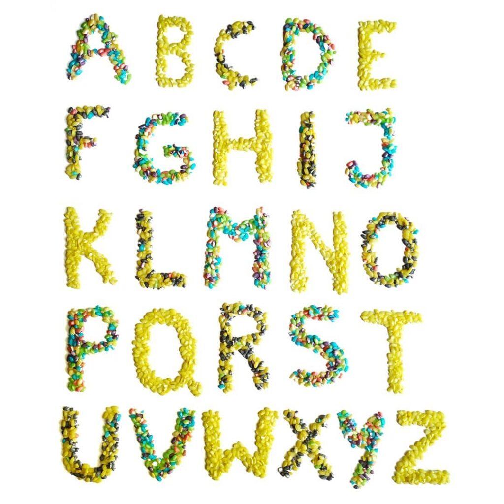 alfabeto com arroz colorido para brincar