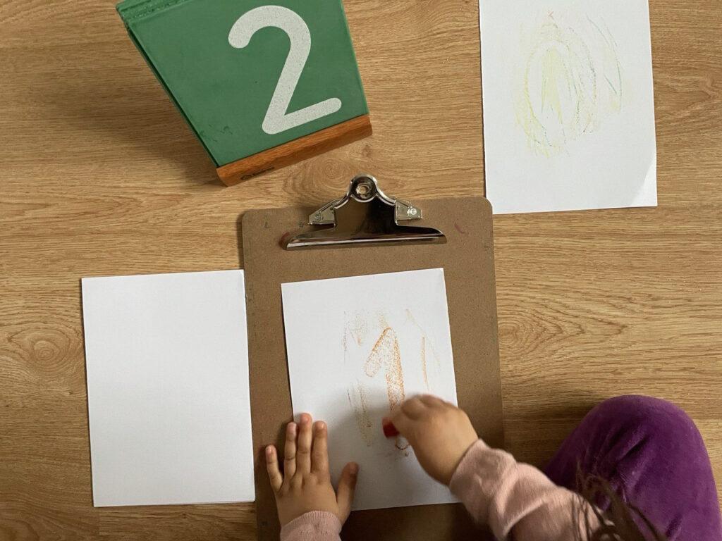 atividade de colorir com numeros de lixa montessori