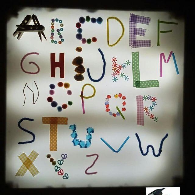 brincar com alfabeto na mesa de luz