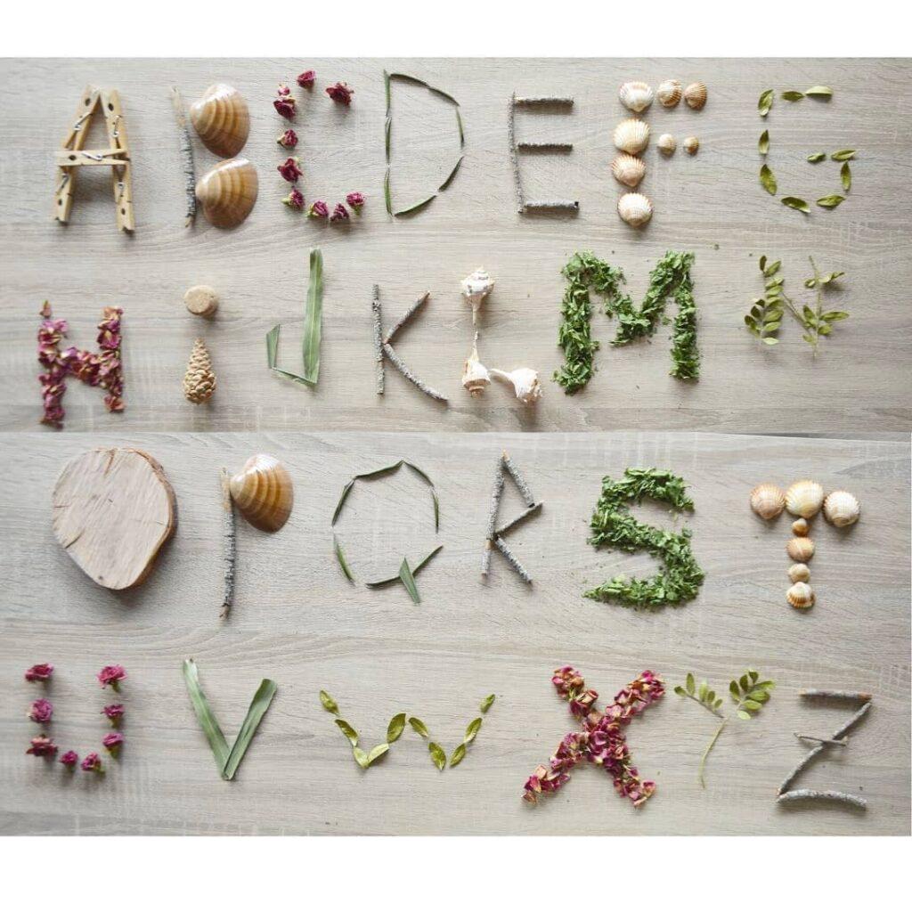 ensinar o alfabeto brincando com elementos naturais