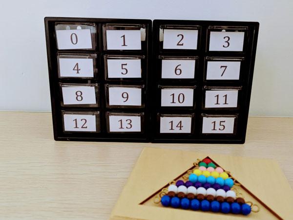 caixa de numeros e quantidades com escada de contas montessori