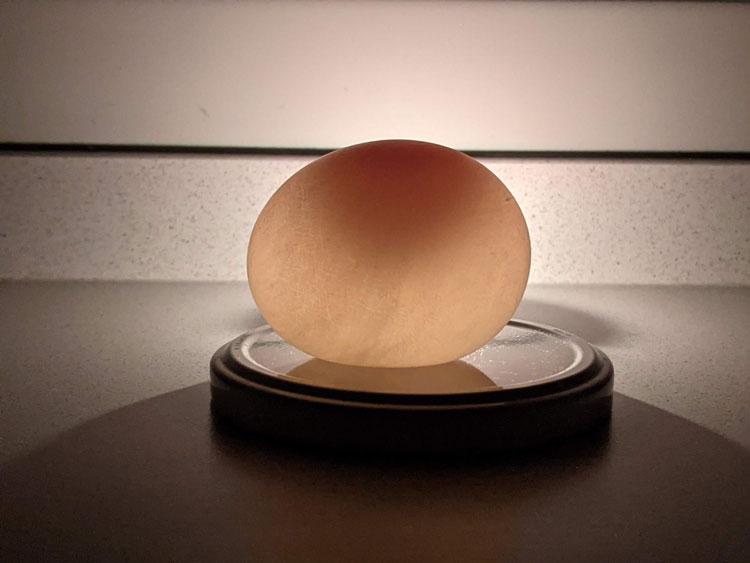 Experimento ovo que brilha no escuro
